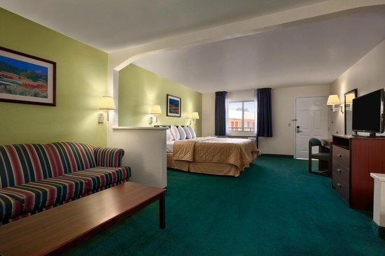 Days Inn & Suites Arcata: Suite w/ Sofa