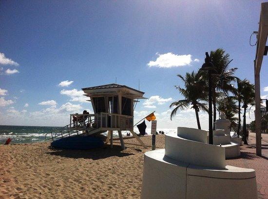 Premiere Hotel: Praia a 50 metros do Hotel Premiere