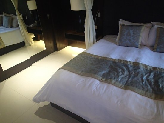 Puri Santrian: The bed and closet in the Premier Deluxe