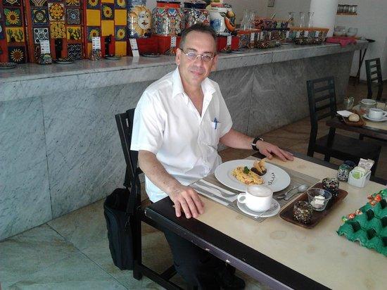 Casa Nostra Restaurant: Desayunando con un buen Capuchino.