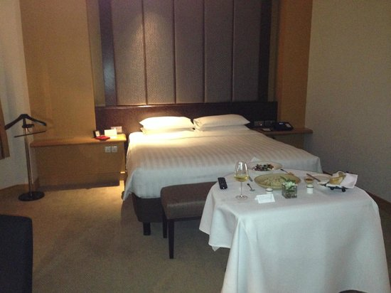 Grand Hyatt Jakarta : Bed portion of room