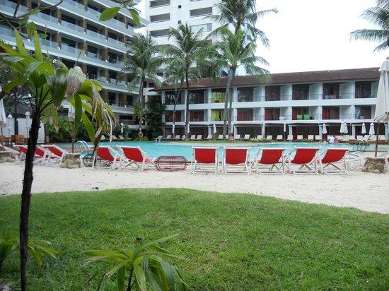 Patong Beach Hotel: main pool beach area