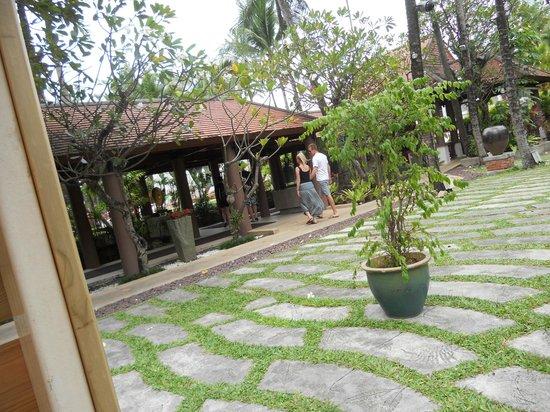 Patong Beach Hotel: courtyard grounds
