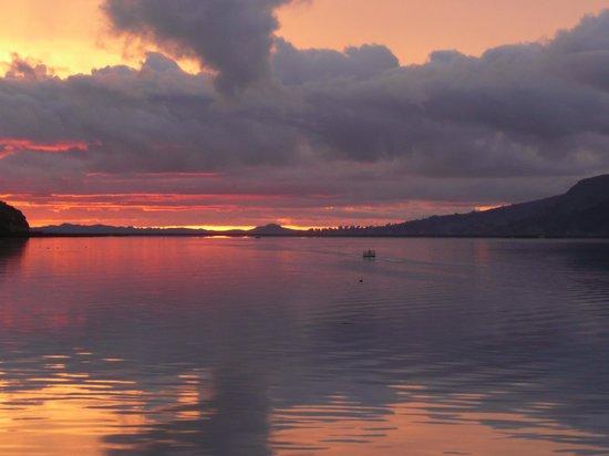 Yavari Bed & Breakfast: Lever du soleil sur le lac Titicaca depuis ma cabine