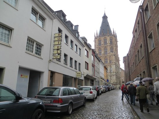 Stern am Rathaus: hotel's street and the Rathaus in the back