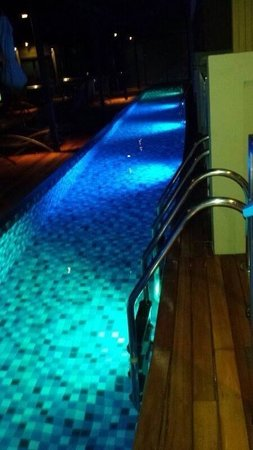 The Senses Resort & Pool Villas : Night view of pool access