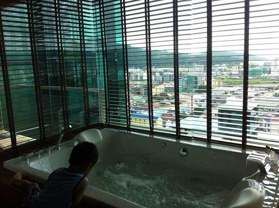 The Senses Resort & Pool Villas : Jacuzzi in suite