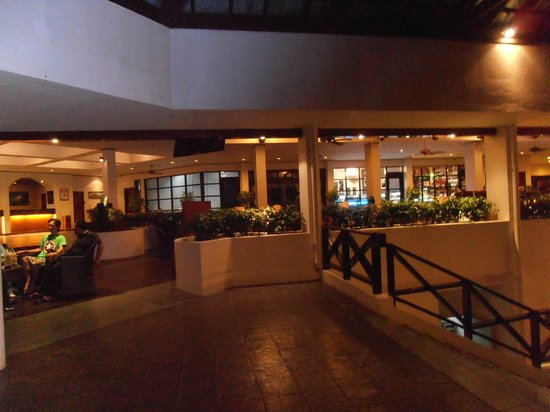 Sabah Hotel: Lobby area at night