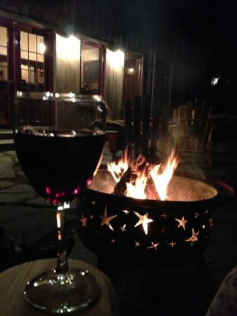 Cedar House on Sound B&B: Enjoying wine by the fire!