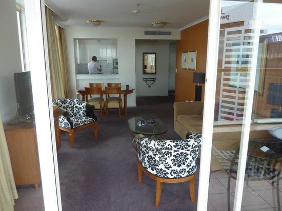 The Sebel Quay West Auckland: Sala de estar do apartamento
