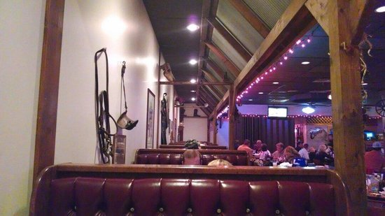 Texas T-Bone Steakhouse: Packed on Saturday night!!