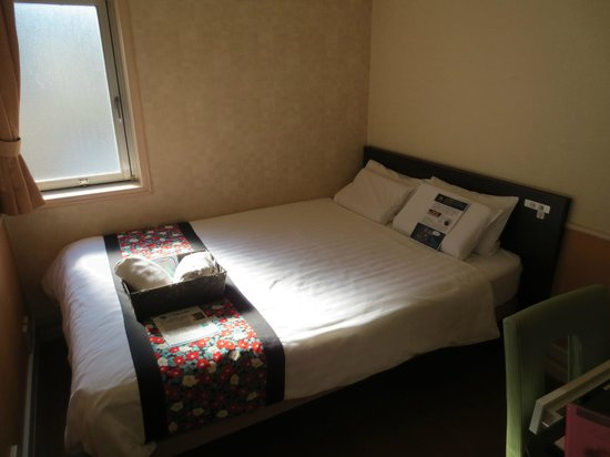 Dotonbori Hotel: Double bed in room