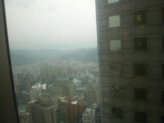Shangri-La's Far Eastern Plaza Hotel Taipei: I had glipmses of what would have been a better view