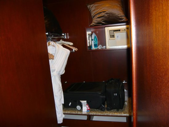 Shangri-La's Far Eastern Plaza Hotel Taipei: Sensible walk in robe with large luggage rack