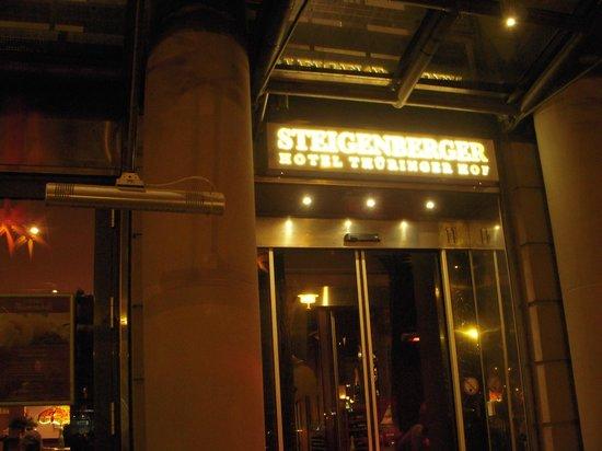 Steigenberger Hotel Thüringer Hof: ホテルの玄関