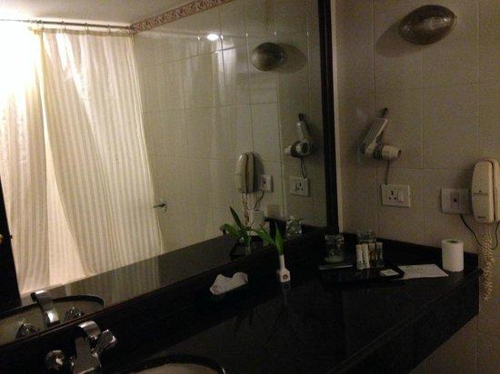 Swosti Premium Hotel: Bathroom