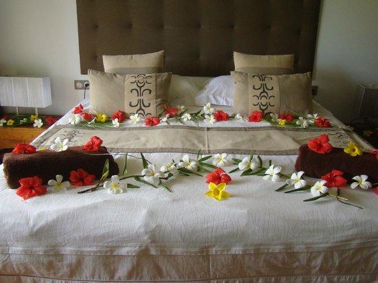 Raiatea Lodge Hotel : Décors florale à votre arrivée dans la chambre, magnifique!