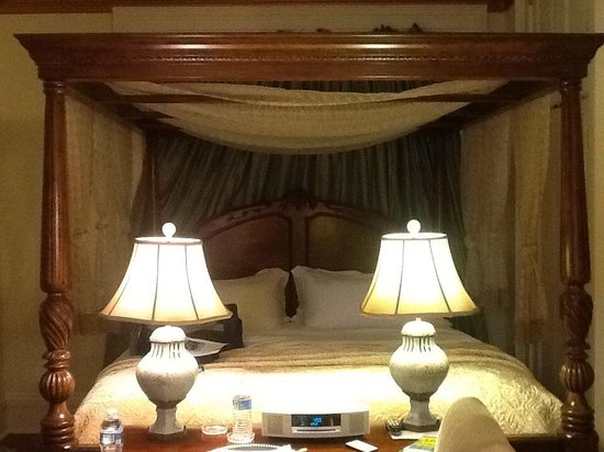 Justine Inn Savannah: versailles court canopy bed