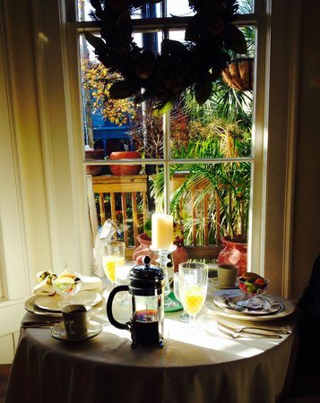 The Olde Savannah Inn: breakfast table