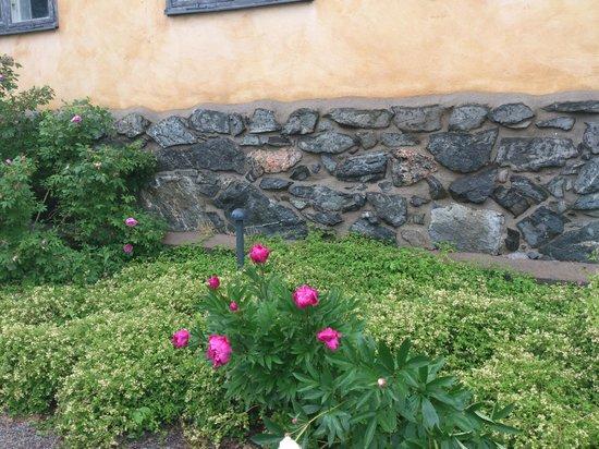 Hotel Skeppsholmen : Gorgeous flowers along the paths