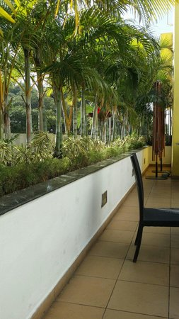 Lemon Tree Hotel, Electronics City, Bengaluru : Nice outdoor seating during the pleasant cool months.