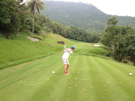 Santiburi Samui Country Club: Par 3 - thick grass left right and back must land on!