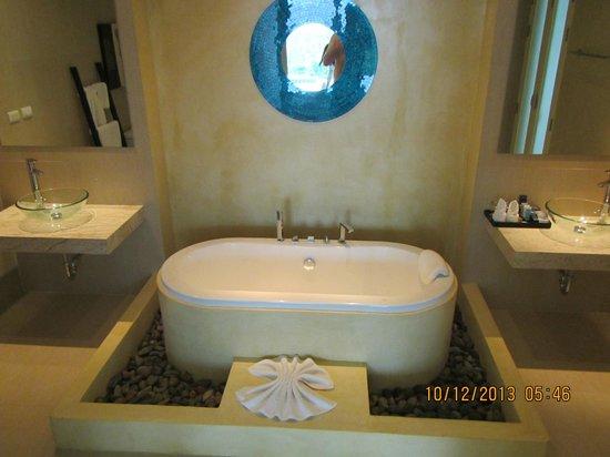 Grand Bleu Ocean View Pool Suite: Bathroom tub nice - no shower just a wand