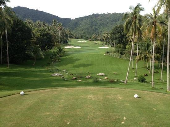 Santiburi Samui Country Club: hole 1 beware thick grass off fairway!!