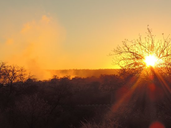 Ilala Lodge : Sunset and the mist from the falls