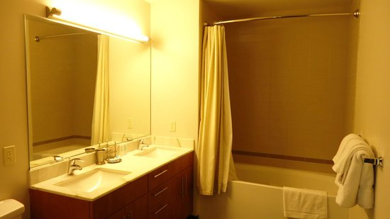 State and Grand by BridgeStreet Worldwide: Small Bathroom