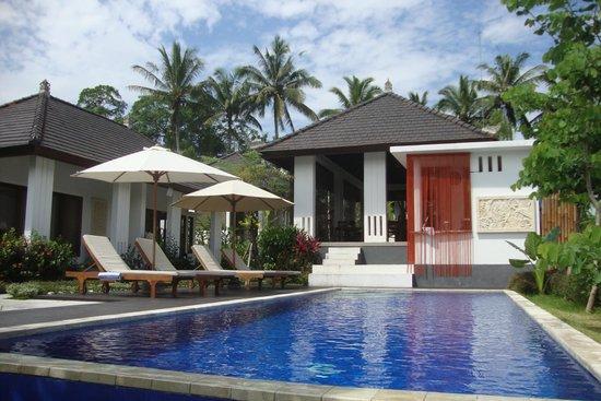 The Samara: pool and restaurant
