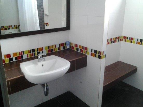 J. Hotel: Bathroom of J Hotel