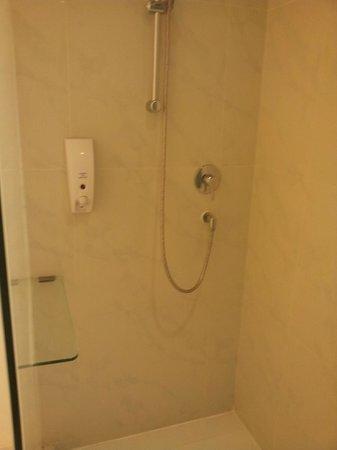 Holiday Inn Express Bangkok Siam: Clean Bathroom