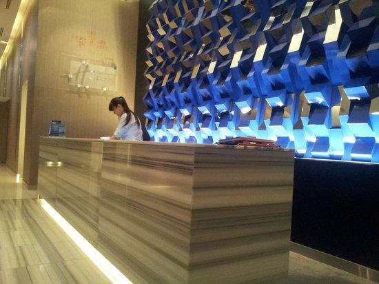 Holiday Inn Express Bangkok Siam: Simple Lobby