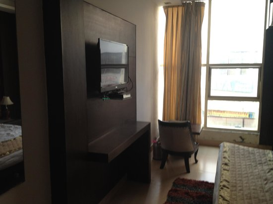 Hotel Shelton: Tv and table