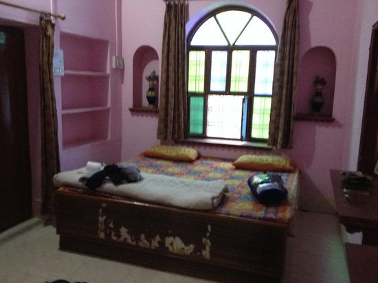 Shivam Tourist Guest House: Room with personal bathroom