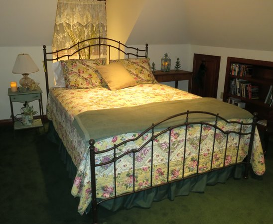 Cottage Lake Gardens Bed and Breakfast: Garden Room Bed