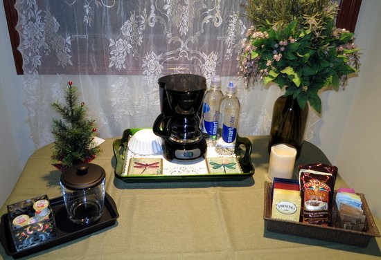 Cottage Lake Gardens Bed and Breakfast: Garden Room Coffee Setup