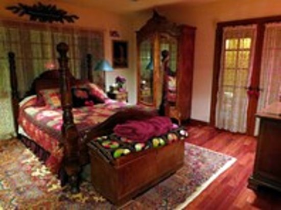 Cottage Lake Gardens Bed and Breakfast: Rose Room & Antique Armoire