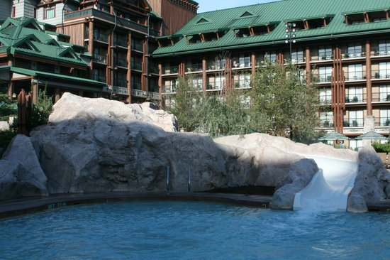 Disney's Wilderness Lodge: Great slide in the pool area for kids