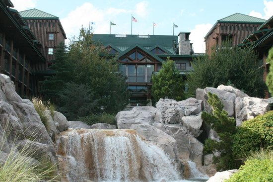 Disney's Wilderness Lodge: Back of hotel - waterfall