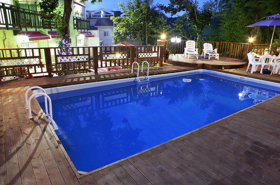 Bellus Rose Pension: night view in outside pool