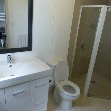 Belt Road Seaside Holiday Park: bathroom