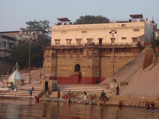 Suryauday Haveli - An Amritara Resort: View of hotel from the water