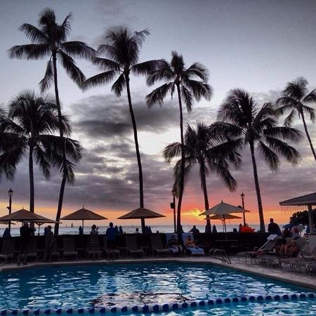 Moana Surfrider, A Westin Resort & Spa : sunset from the hotel's pool