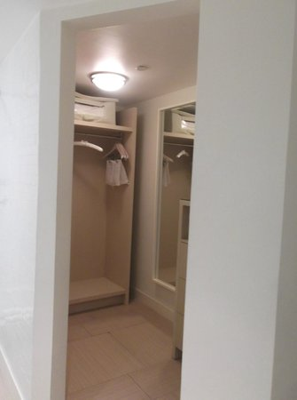 El Conquistador Resort, A Waldorf Astoria Resort: Walk-in closet in bathroom