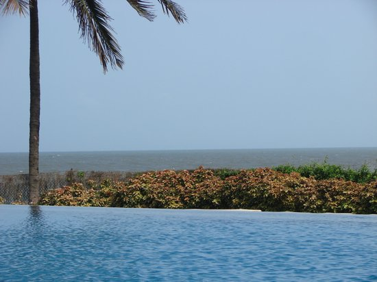 Vivanta by Taj - Fort Aguada, Goa : By the swimming pool