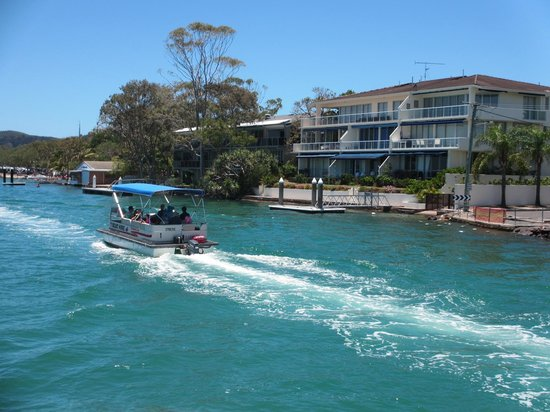 Regatta Riverfront Apartments: Noosa Cruise
