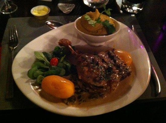 L'auberge des 7 plats : Plat de résistance : cuisine de canard aux champignons avec une purée divine!