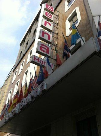 Hotel Berna: 各国の国旗を飾っています